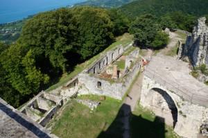 Высото 350 м. Руины Анакопийской крепости. В целости сохранилась лишь главная башня, тень которой видно на фото.