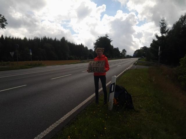 Табличка с именем города помоает быстрее найти машину для автостопа