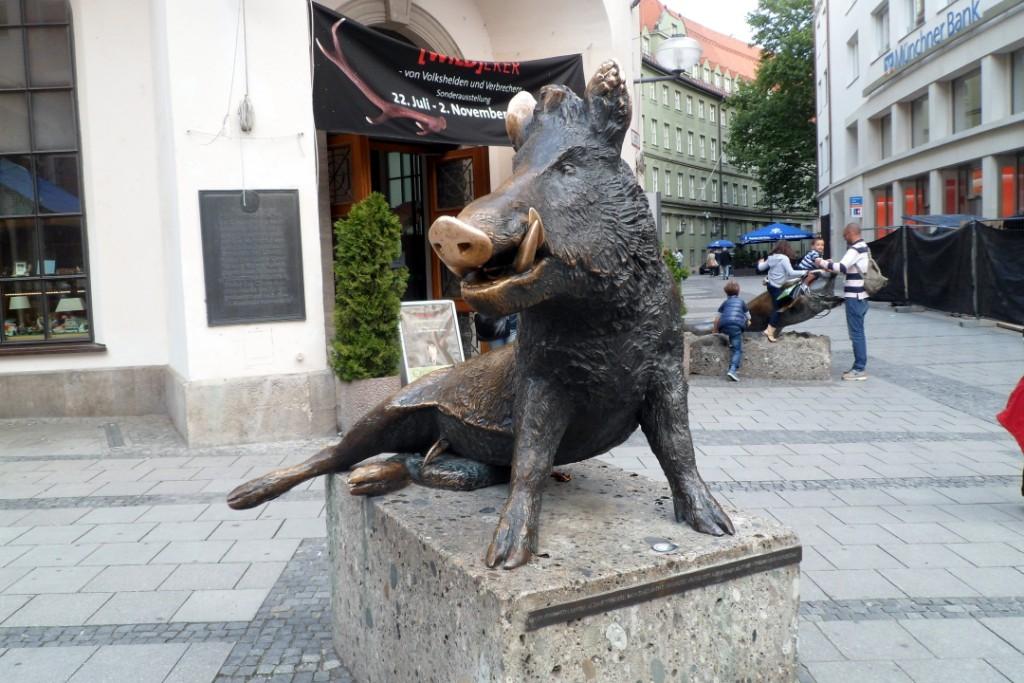 На улицах полно небольших и забавных статуй