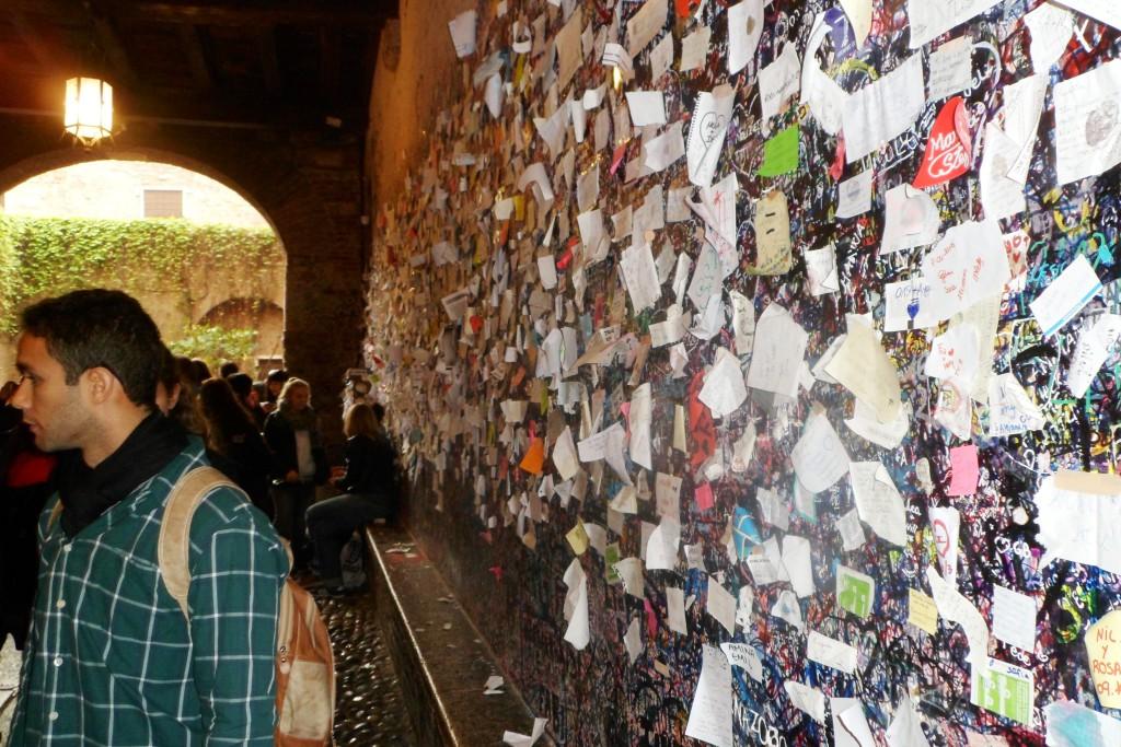 Стена записок во дворе Ромео и Джульетты в Вероне