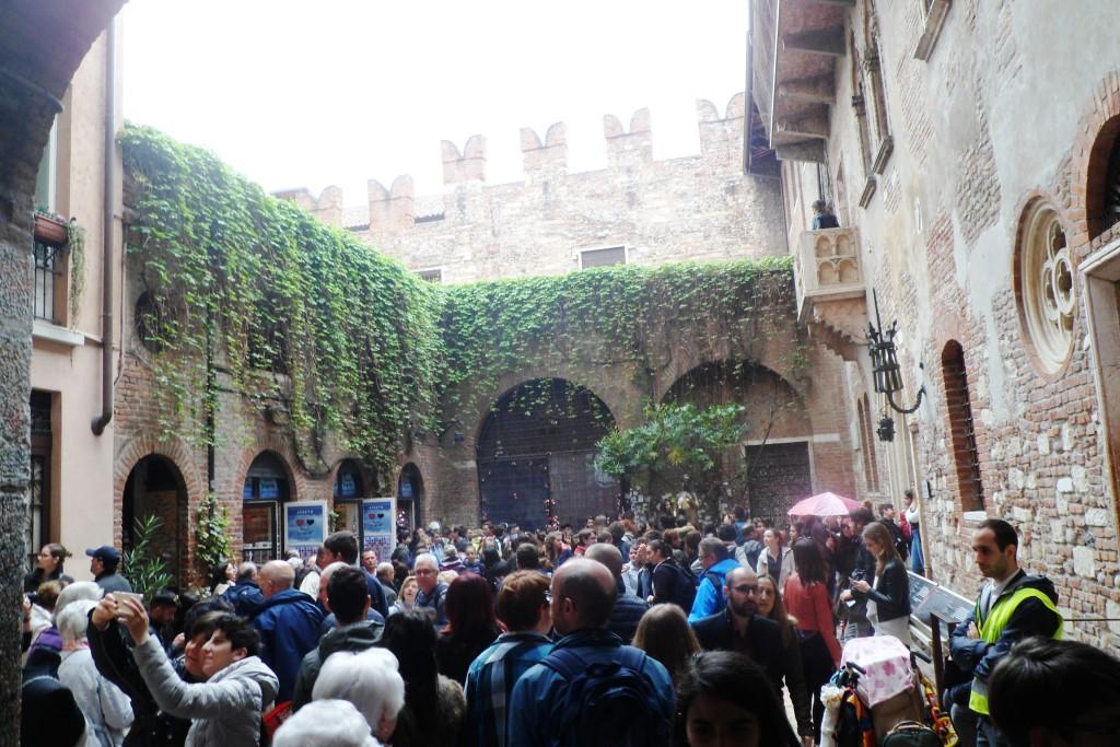 Тот самый двор в Вероне и те самые туристы в Вероне