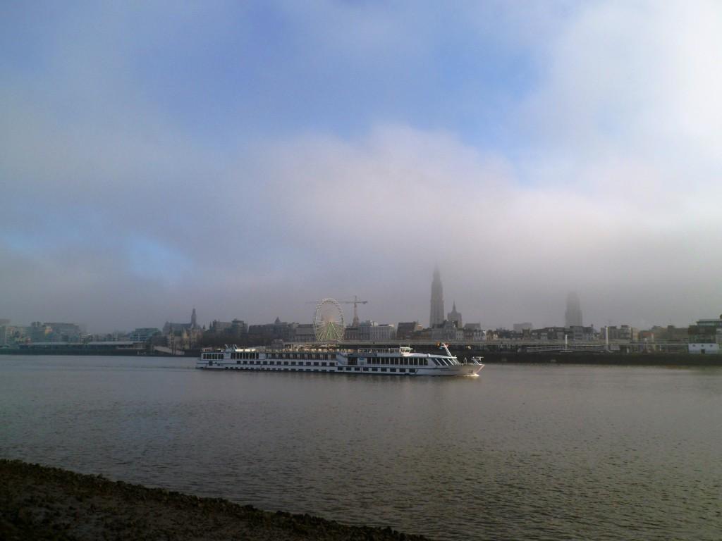 Вид на Антверпен с менее заселенного берега реки