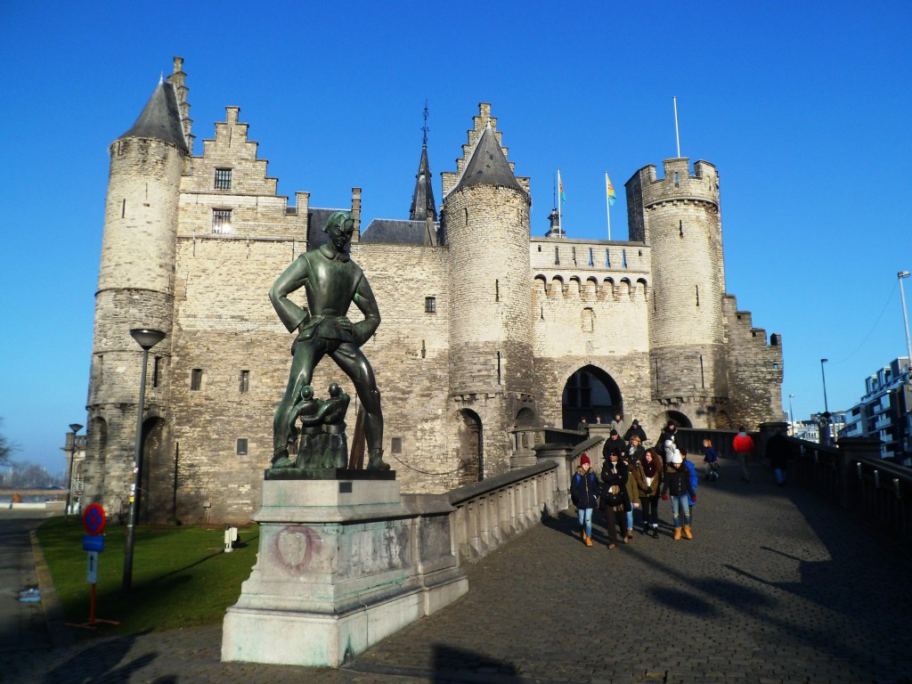 Замок и гигант, которому не стоило собирать дань за проход по мосту