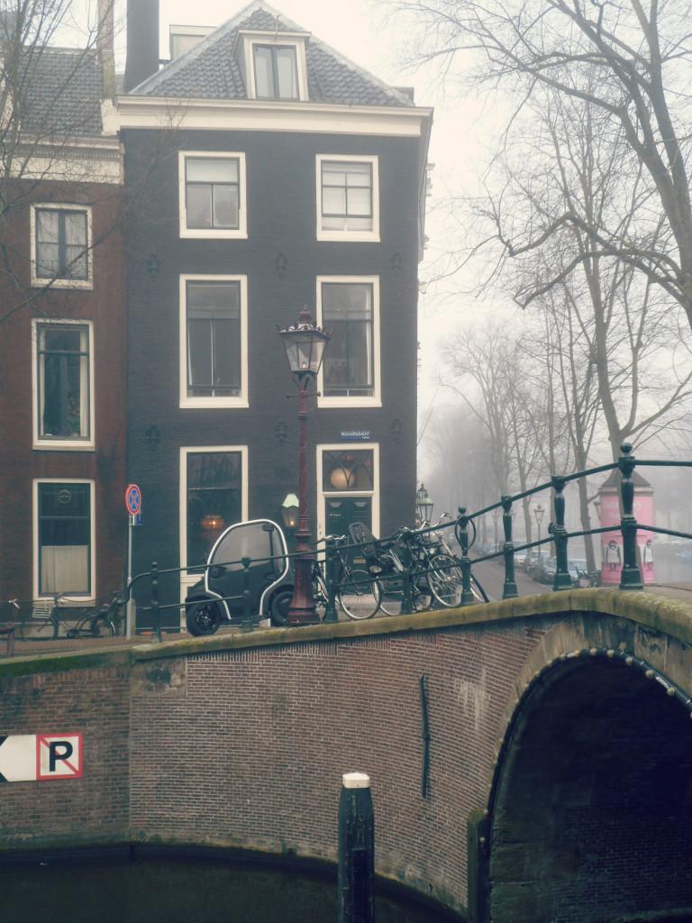 электрокар на улицах Амстердама