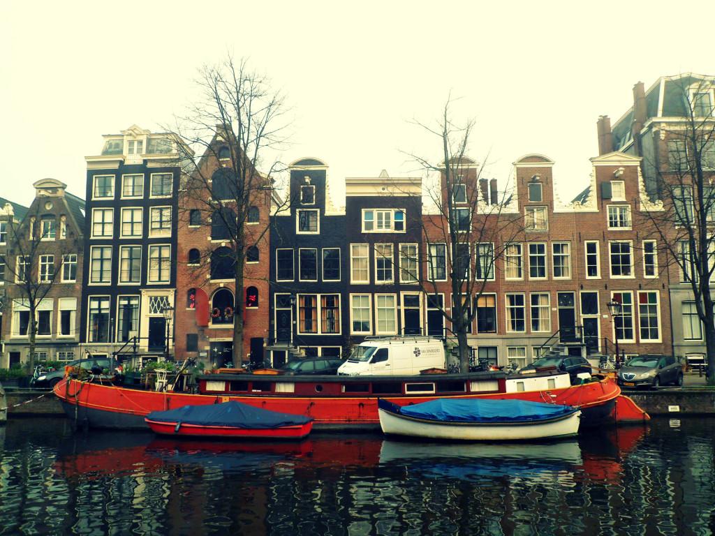 дома на воде в Амстердаме