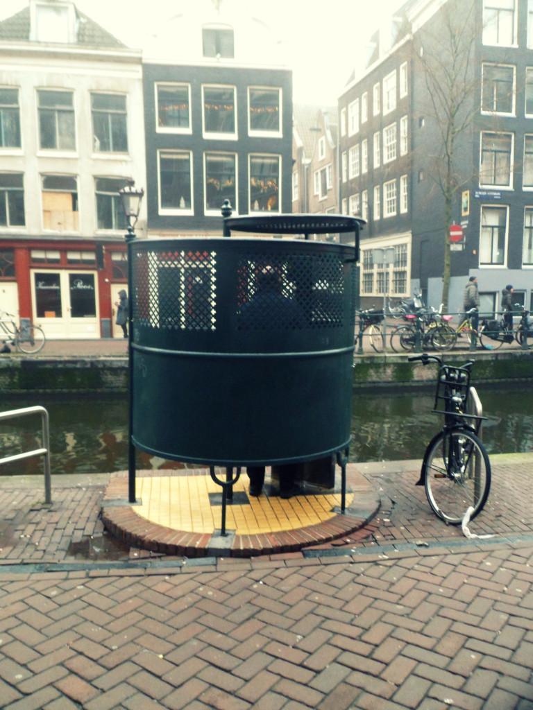 туалет на улице в Амстердаме